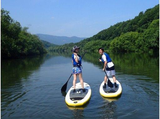 【北海道・ニセコ】大自然の中をSUPで川下り♪ 目の前に広がる様々な絶景を堪能!