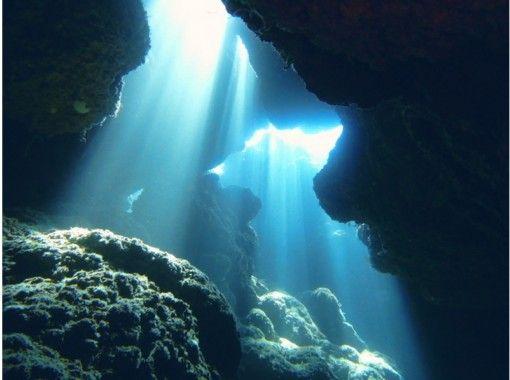 【沖縄・那覇】神秘的な海の世界へ!青の洞窟体験ダイビング
