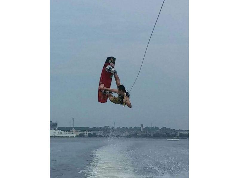 【福岡・海の中道マリーナ】気軽に楽しめる人気のマリンスポーツ!ウェイクボード体験(ビジターコース)の紹介画像