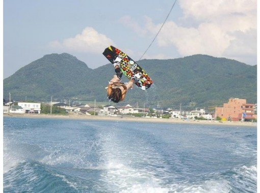 【福岡・海の中道マリーナ】経験者向け!気軽に楽しめる人気のマリンスポーツ!ウェイクボード体験