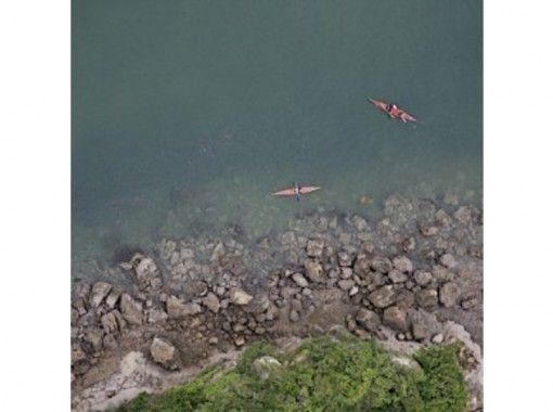 【静岡・熱海】朝方の静寂な海の上で自然と一体化!シーカヤックサンライズツアー