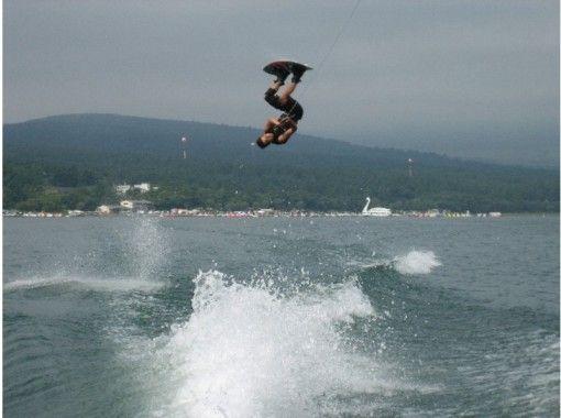 【山梨・山中湖】ウェイクボードまたは水上スキーで爽快気分!コースいろいろ選択可能