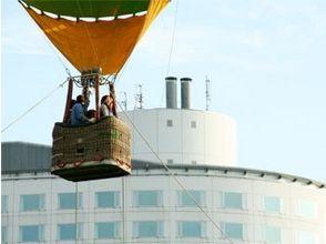 【北海道・ニセコ】 朝の光の中でふんわりと浮かぶ熱気球フ...