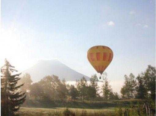 【北海道・ニセコ】 朝の光の中でふんわりと浮かぶ熱気球フライト体験!