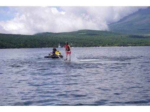 【山中湖】水圧で空を飛ぶ!フライボード体験コース(1セット20分)【午後】