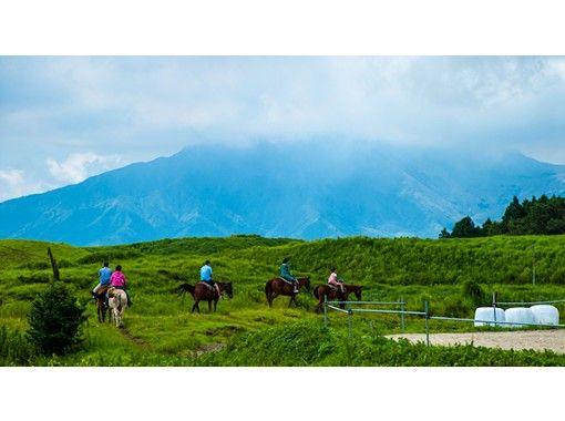 【熊本・阿蘇】見渡す限り草原の中で乗馬体験を!ワイルドウエストコース(約30分)