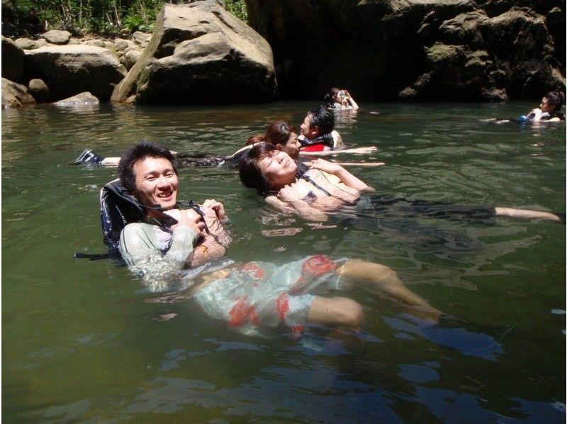 【沖縄・西表島】滝の上の絶景も楽しめる!迫力満点ピナイサーラの滝 カヌー&トレッキング1日ツアーの紹介画像