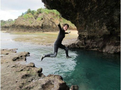 夏季折扣【冲绳/石垣岛】一日游遍石垣岛魅力!蝠鲼、海龟浮潜、蓝洞和瀑布盆地,午餐和电晕措施の紹介画像