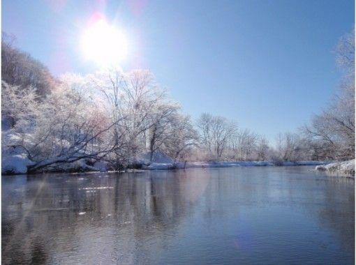 【北海道・釧路川】雪と氷が作る、冬ならではの湿原を堪能!冬の釧路川のカヌーツアー