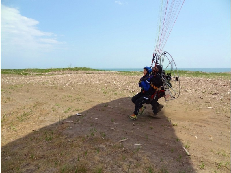 [Hokkaido Tokachi] overlooking the Pacific Ocean north from the sky! Introduction image of paragliding experience (tandem flight)