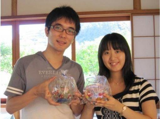 【静岡・伊豆高原】表現自由!貝殻・砂・ガラス細工、プリザーブドフラワーを入れて作る「クリアキャンドル体験」
