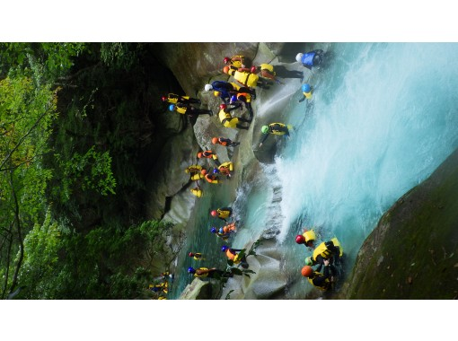 【Oita · Saeki】 UNESCO Eco Park certified! Canyoning tour at Fujikawauchi Valley, the unexplored area of grandmother inclined mountain system!の紹介画像