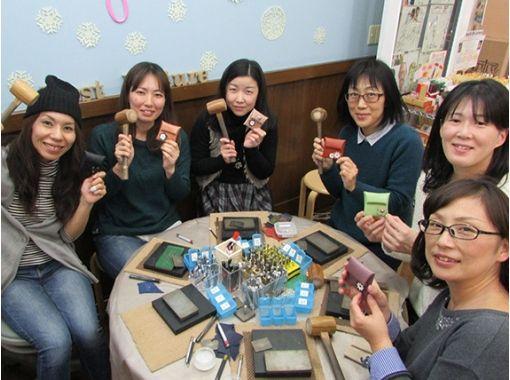 【兵庫県・ものづくり体験】モチーフ付け放題の牛革コインケース作り体験
