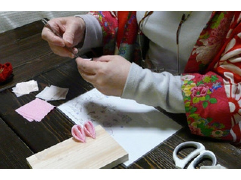 "[Kyoto, Sakyo-ku] of trying to make a floral hairpin, hair ornaments in the traditional technique ""knob crafted"" handed down from the Edo era introduction image"