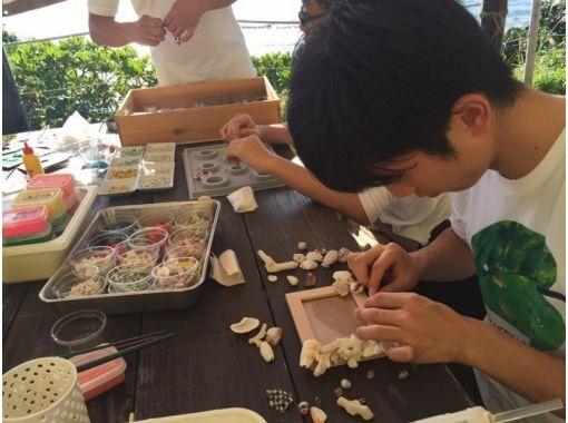 【沖縄・本部町】沖縄ならではの自然素材を散りばめた「フォトフレーム」作りを楽しもう!