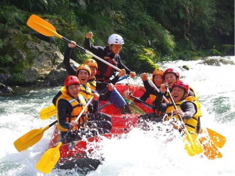 [Tokyo Okutama] clear stream and a spray of water hit the heart! Rafting introduction image of experience (downstream half-day course)