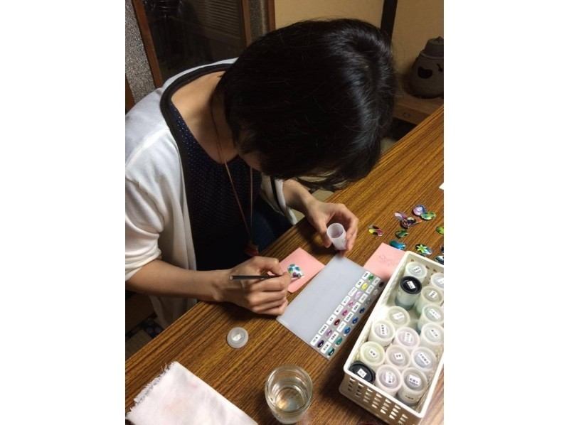 "[Kyoto Higashiyama] experience the tradition of Kyoto craft ""Kyoto Cloisonne""! Introduction image of trying to make a pendant and brooch [2 hour course]"