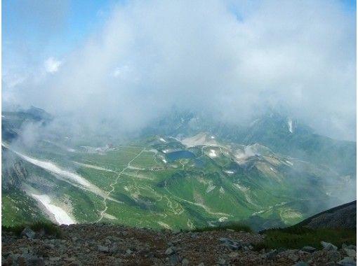 【富山・立山】立山めぐりトレッキング(室堂山コース)立山カルデラを望むガイドウォーク