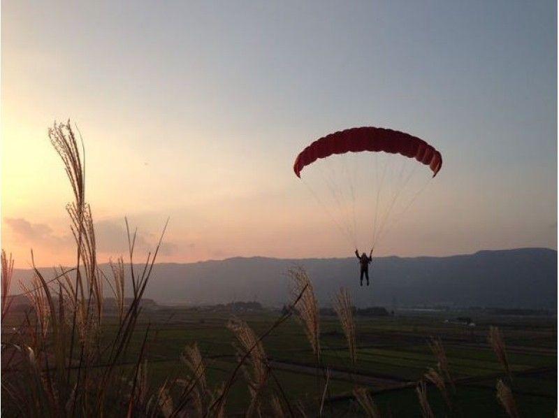 【熊本・阿蘇】ふわりと空中散歩。パラグライダー半日体験(日本語理解できる方限定)の紹介画像