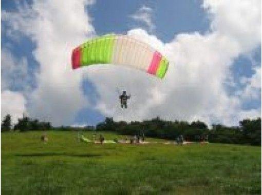 【滋賀・米原】日本百名山の伊吹山でパラグライダー体験!琵琶湖の眺めを楽しもう!(半日午前・送迎あり)