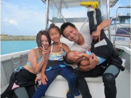 【2岁以上可以参加!蓝洞船浮潜之旅】拍照礼物,免费喂食の紹介画像