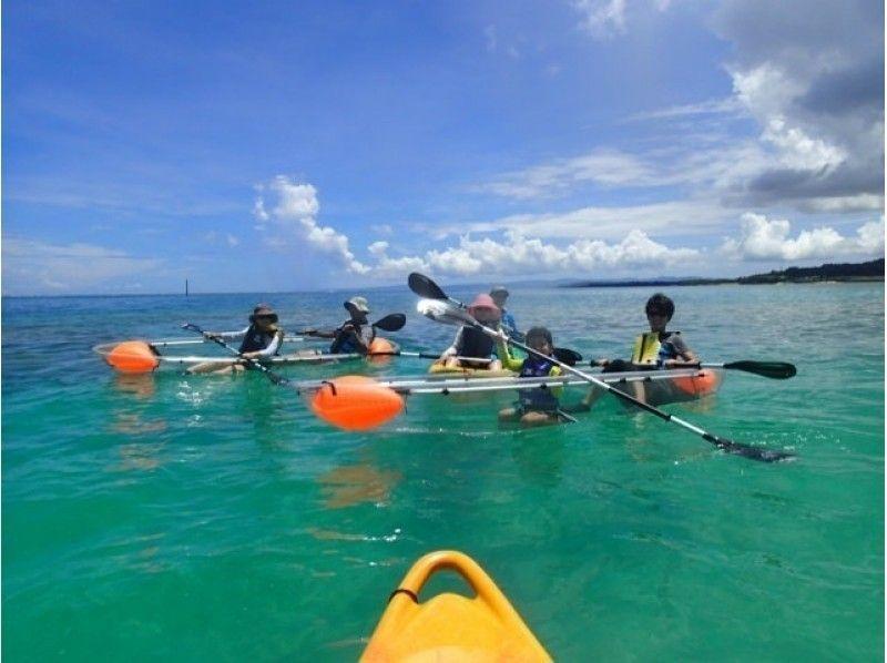 【沖縄・備瀬】透明なカヤックで漕ぎ出そう♪ファミリーにおススメのクリアカヤック体験!の紹介画像