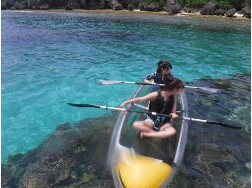 【沖縄・備瀬】透明なカヤックで漕ぎ出そう♪ファミリーにおススメのクリアカヤック体験!