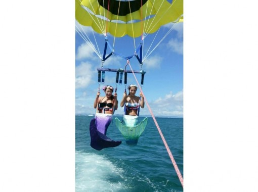 【 Okinawa · Uruma City】 Parasailing & Playing All-you-can-eat & Blue Cave Experience Divingの紹介画像