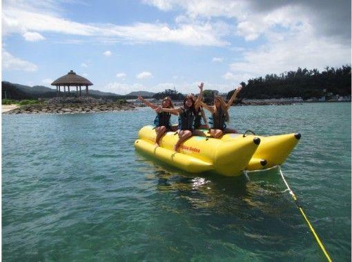 【恩納村/西海岸】バナナボートに乗って、景勝地で有名な「万座毛」を海から眺めよう!