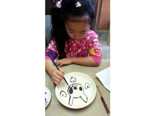 【奈良・平城京跡】素焼きの器に好きな言葉や絵を描く「絵付け体験」でオリジナル食器作りに挑戦