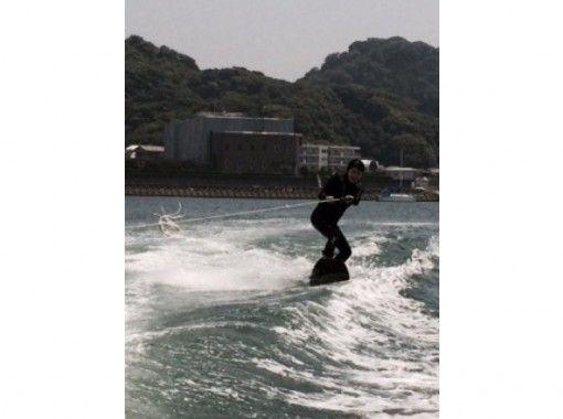 【神奈川・横浜】湘南で水面滑り!ウェイクボードスクール(1~4時間・3名から)