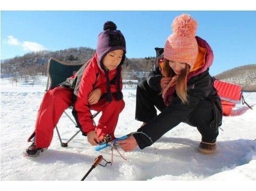 【北海道・十勝】サホロ湖氷上でワカサギ釣り体験!送迎&ガイド付きで初めての方も安心!