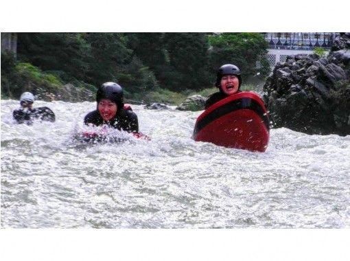 【東京・青梅市】奥多摩で究極のリバースポーツに挑戦!リバーボード1日コース!写真データ無料プレゼント