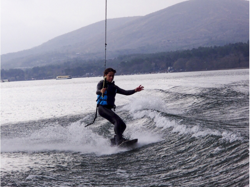 [Yamanashi / Yamanakako] Skidded over the water! Introduction image of wake board experience (20 minutes)