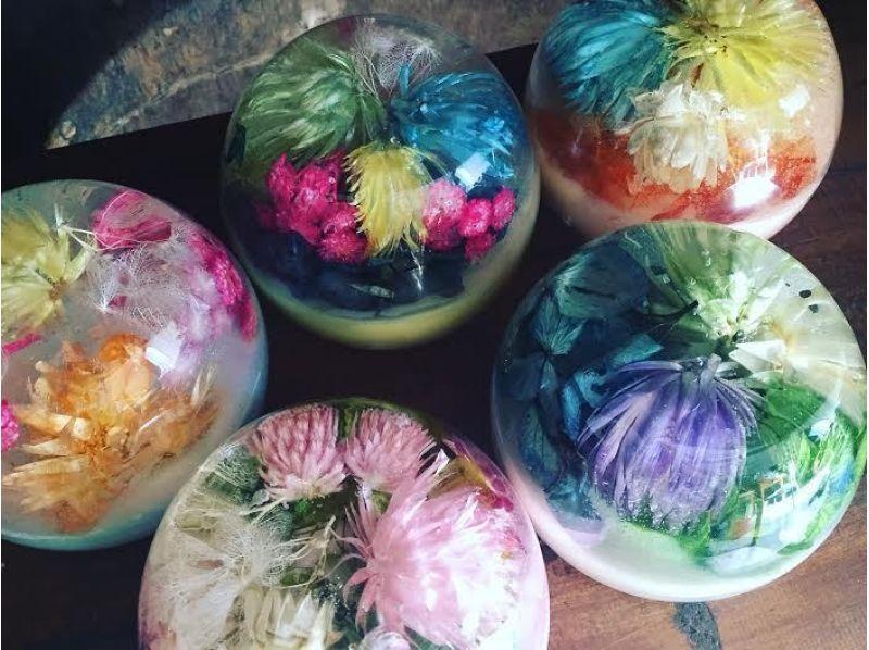 【徳島・住吉】水滴に閉じ込められた色鮮やかな花々☆★アロマジェルキャンドル作りの紹介画像