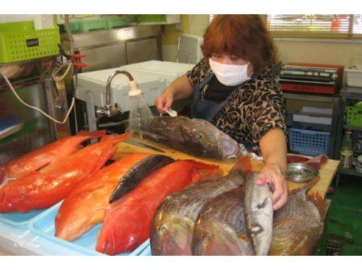 【沖縄・名護】観光ガイドツアー 「市営市場と酒造所」めぐりで沖縄の食文化にふれるコース