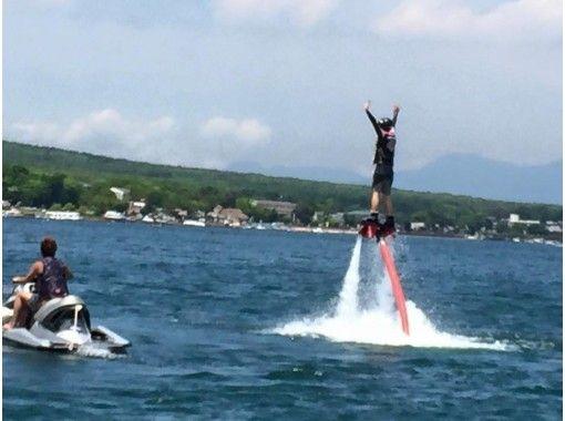 【山梨・山中湖】話題の「空中散歩」に挑戦! フライボード体験プラン