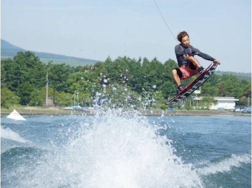 【山梨・山中湖】富士山を背景にアクロバット! ウェイクボードぞんぶんコース