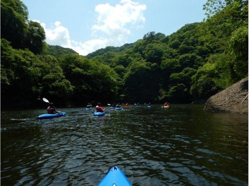 竜神大吊橋と日本一高いバンジージャンプを見上げて★湖面の爽快なカヌーツアーの紹介画像