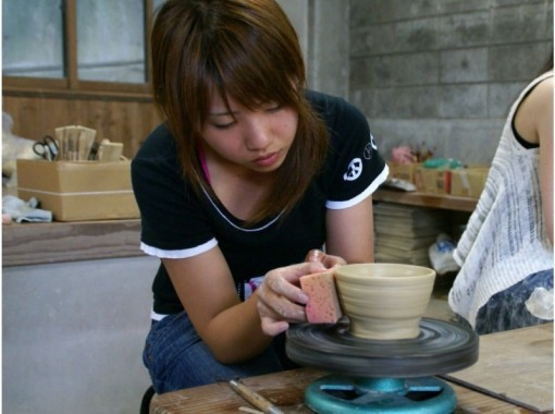 【山口・萩】萩焼の名窯でオリジナルの器づくり「手びねり陶芸体験」お子様も一緒に楽しめます!