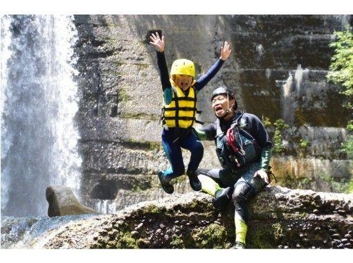 【長野・安曇野市】 あずみ野 リバーピクニック  ・1ツアー3組までの少人数制 ・北アルプスの清水で川遊びの紹介画像
