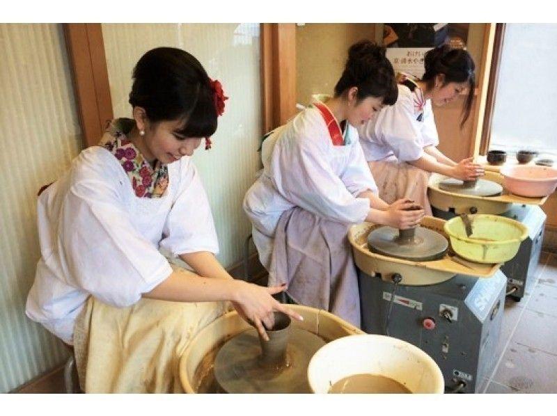 名窯元でありながら、体験教室にはフットワークの軽い若手職人が指導してくれる。