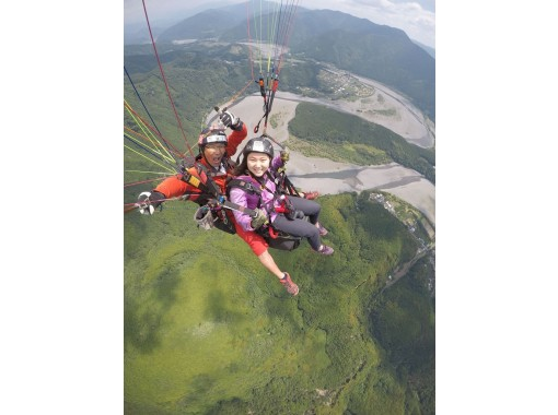 [Shizuoka prefecture, Kawane, Oigawa] 2-seater experience course! Fly over the Oi River with Nanayama 7 bends at Paragliding! (With a shuttle bus)の紹介画像