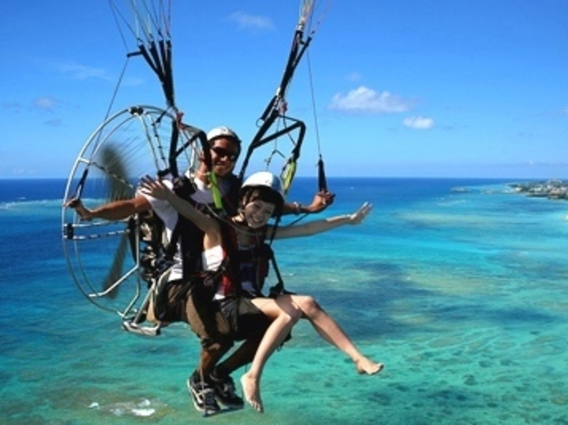 [Okinawa Nakagusuku] motor paraglider scenic flight of the introduction image