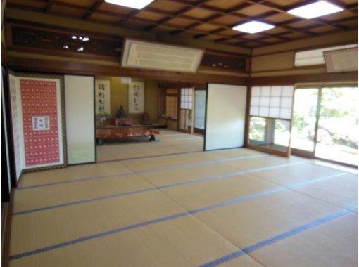 "【Hiroshima・Miyajima】""Tour of Aki"" COOL HIROSHIMA   ""Tosenkyo"" Fan-tossing Game and Heian-style Kimono Experience at Daisho-in Temple of Miyajima Misen の紹介画像"