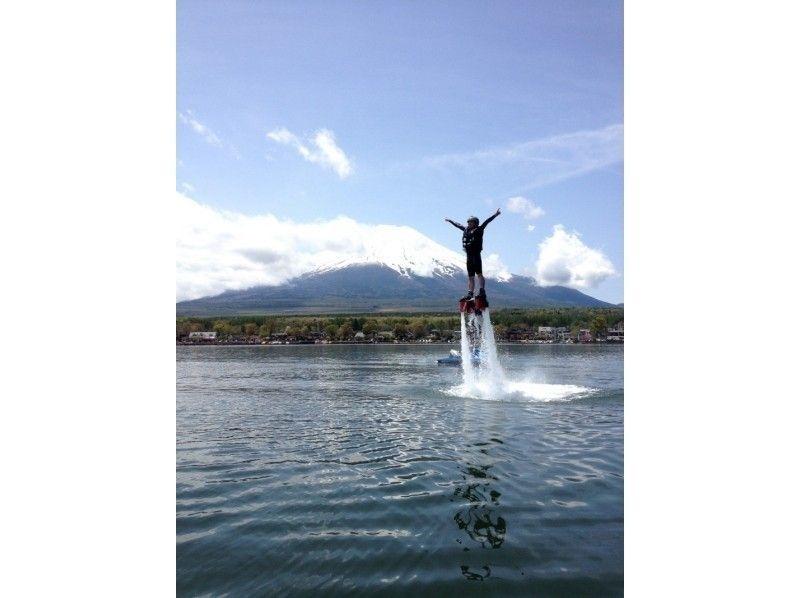 【山梨・山中湖】<お得セット>フライボード体験15分+ハリケーンボートの紹介画像
