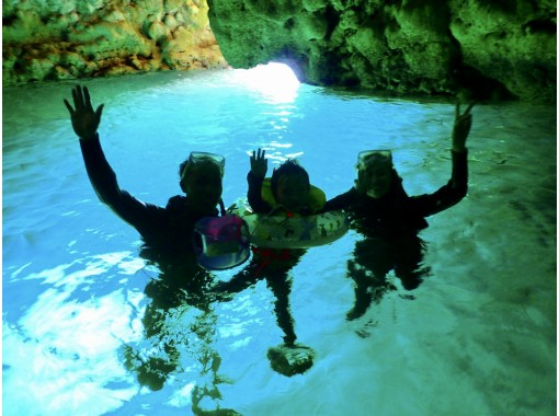 【毎日限定5組】店舗貸切りボートで青の洞窟シュノーケル&高所120mパラセーリング 3名乗りOKの紹介画像