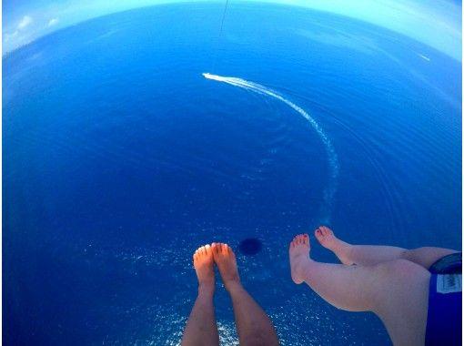 「HISスーパーサマーセール実施中」【毎日限定5組】店舗貸切りボートで青の洞窟ダイビング&高所120mパラセーリング 3名乗りOKの紹介画像