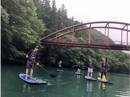 【群馬・四万】関東屈指の透明度とブルーウォーターの湖でSUP自然体験ツアーの紹介画像