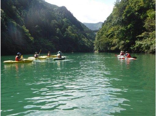 【Okutama (Lake Shiraruma) Kayak Experience】 Kayaking Experience Tour Enjoyable from Beginners in Natureの紹介画像